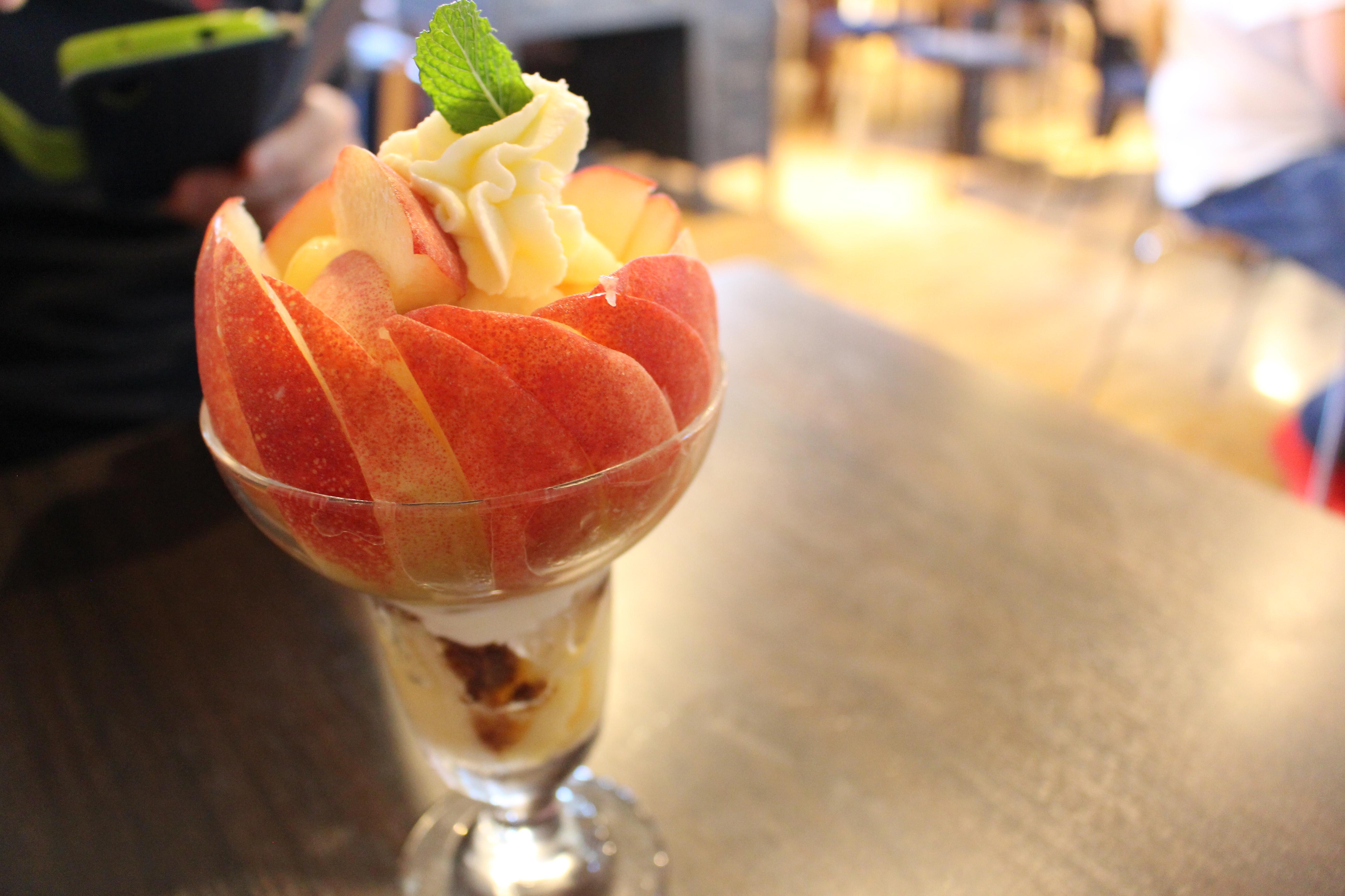 山梨の桃カフェ・ラ ぺスカのパフェ